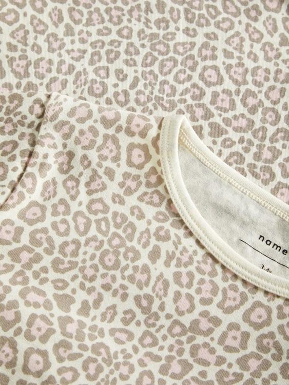 Mjuk och skön 2-delad pyjamas i ekologisk bomull från Name it med långa ärmar och ben. Överdelen har ett heltäckande leopardtryck och byxan är enfärgad med en reså i midjan samt en bred mudd i benslut