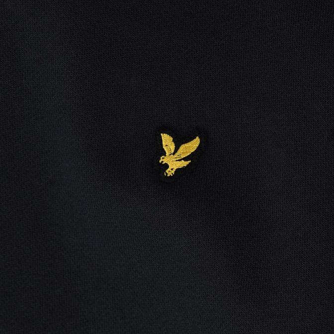 Snygg hoodie från Lyle & Scott med en mjuk borstad insidan, logo på vänster bröst samt mudd i ärmslut och midja. Material: 85% Bomull och 15% Polyester.  Färg: Svart