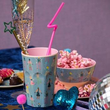 En mugg man gärna använder varje dag men även perfekt till picknick och kalas! Muggarna finns i flera färger & mönster som är fina att kombinera. Hög lattemugg, tål maskindisk, ej micro. Godkänd för l