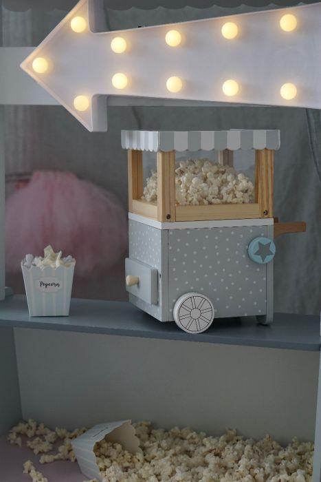 Är du redo för fredagsmys?   Lyxa till det med popcorn från Jabadabados popcornmaskin.  När du köper den här fina popcorn maskinen ingår det 20 små popcorn tillvekade i filt och fina popcornbägare att
