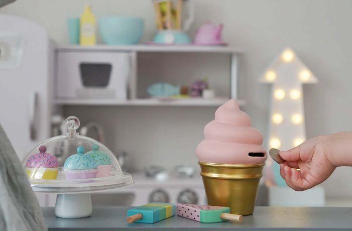 Söt sparbössa i keramik från Jabadabado i form av en smarrig glass. Låt ditt barn själv spara sin veckopeng för att sedan för egna sparade pengar kunna köpa det man önskar sig mest. Populär som dop/-f