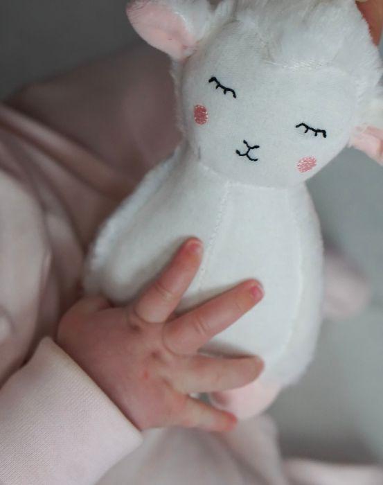 Söt speldosa från Jabadabado i form av ett vitt lamm att hänga i barnvagnen eller i babysittern. Låt ditt barn få slumra till med en rogivande melodi. Speldosan sätter man lätt fast med hjälp av en ti