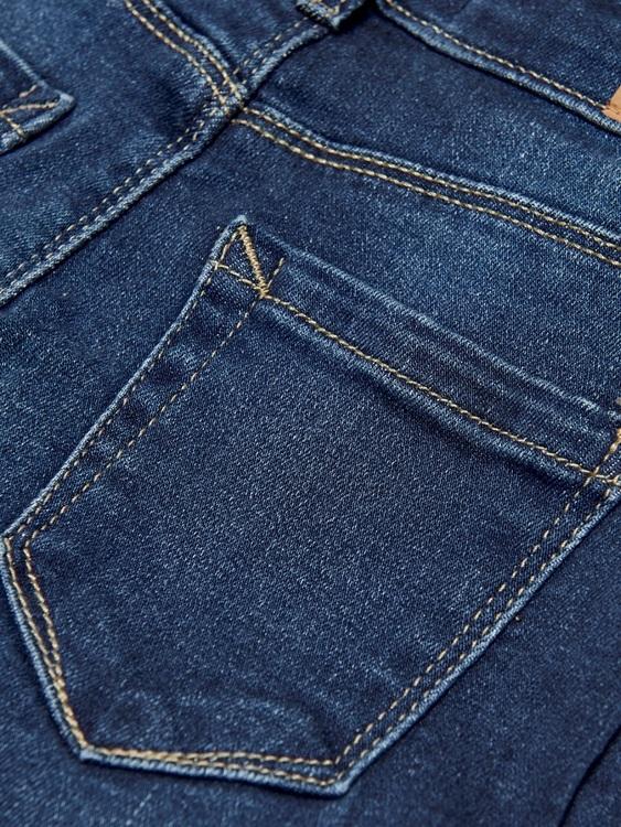 Snygga jeans i skinny fit modell från KIDS ONLY med normal hög midja, snygga slitningar och det viktigaste de är tillverkad mjukt stretchigt material. Innersömmen är 58 cm i storlek 128. Material: 98%