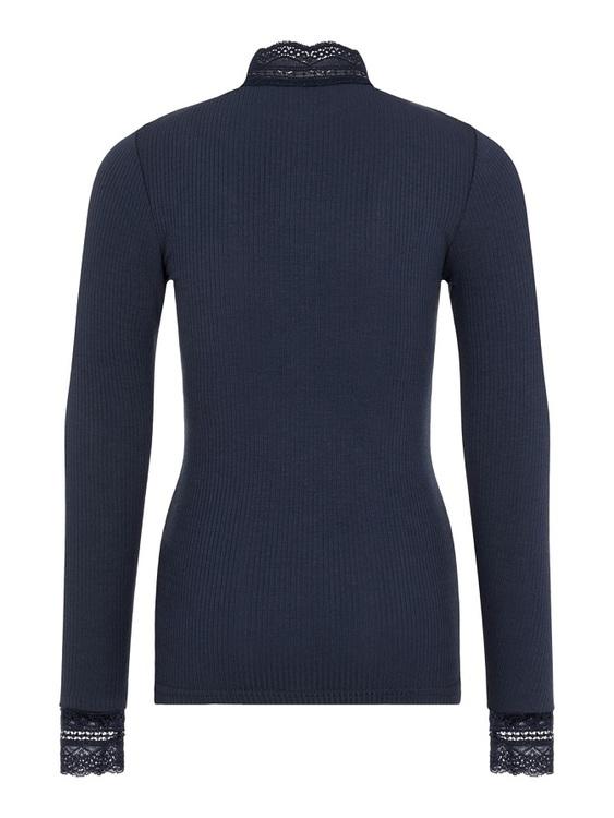 Långärmad ribbad topp från Name it med hög spetskrage och spets på ärmarna som är mjuk och skön. Toppen är en extra slim modell passar bra att ha nedstoppad i ett par jeans eller till en kjol. Finns ä