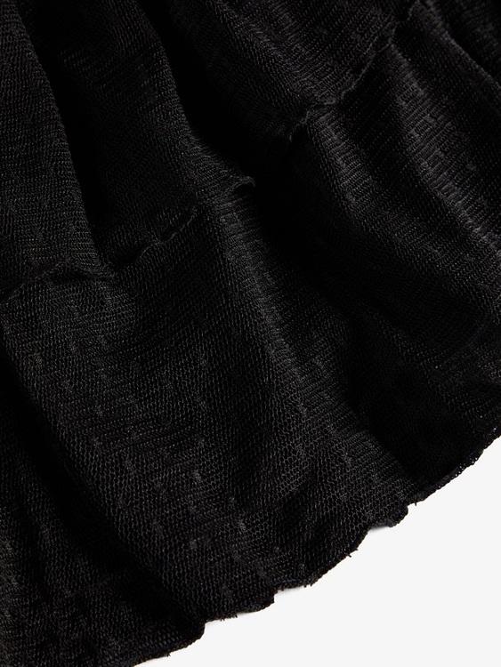 Fin skir klänning från LMTD med rund halsringning och knappknäppning bak.  Ärmarna är transparenta och resten av klänningen är fodrad. Mellan över och underdel sitter en bred smock och därefter följer