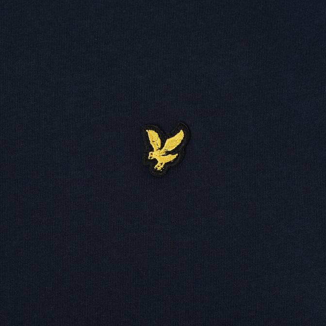 Snygg stilren T-shirt från Lyle & Scott med rund hals och broderad logga på bröstet. Material: 100% Bomull  Färg: Navy