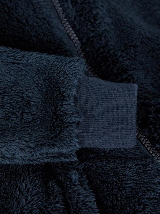 Mjuk och gosig teddykofta från Name it med långa ärmar, fast luva med mjukt jerseyfoder och blixtlåsstängning fram. Koftan har mudd i ärmslut och i midjan samt fickor i sidorna. Perfekt att ha under s