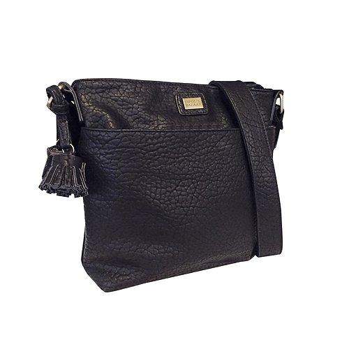 Snygg och praktisk handväska i präglat konstläder fån Pipol´s Bazaar med dekorativa tofsar och en axelrem som är justerbar i längd. En yttre ficka på framsidan som har magnetlås och en dragkedjeförsed