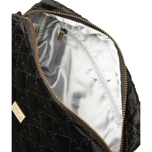 Så fin necessär i en mjuk och lyxig broderad sammet från Pipol´s Bazaar med ett foder i mjuk satäng. Inuti finns en öppen ficka och en dragkedjeförsedd ficka. Necessären stängs med en dragkedja. W 23