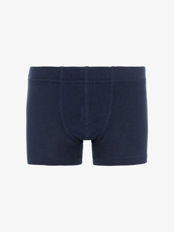 Mjuka och sköna boxershorts i ekologisk bomull från Name it med resår i midjan och utan tvättrådslappar som kliar. Boxershortsen säljs i 3-pack och du får ett par enfärgade grå, ett par grå med fotbol