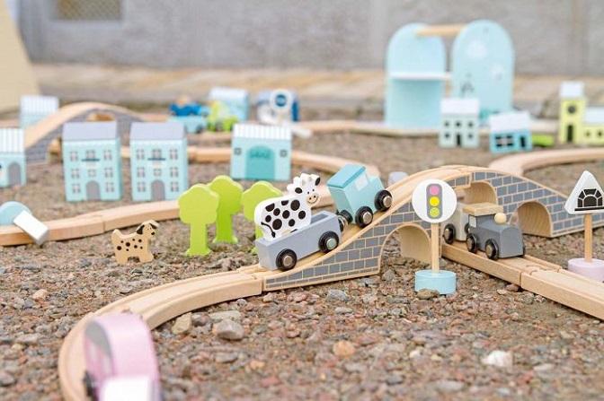 Fin bilbana i trä från Jabadabado med massor av tillhörande produkter. Här finns glasskiosk, ett stall, hästar mm och det bästa är att du kan koppla ihop med andra produkter som tex: Tågbanan, Racerba