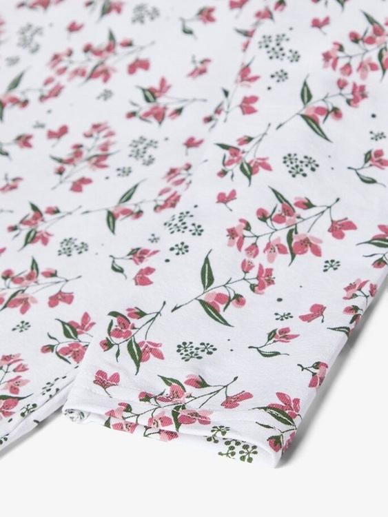 Fint blommigt nattlinne i ekologisk bomull från Name it med rund halsringning och långa ärmar. Material: 95% Ekologisk Bomull och 5% Elastan.  Färg: Rosa