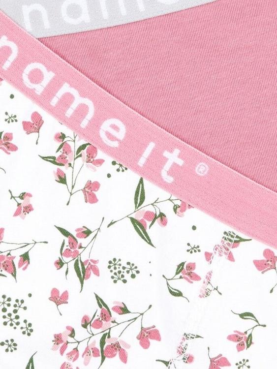 2-pack hipstertrosa i ekologisk bomull från Name it i ekologisk bomull med logoresår i midjan. Säljs i 2-pack med en blommig och en enfärgad rosa. Material: 95% Ekologisk Bomull och 5% Elastan  Färg: