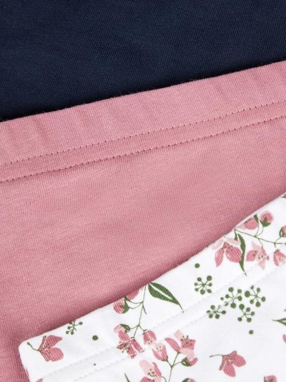 3-pack hipstertrosa i ekologisk bomull från Name it med en mjuk resår i midjan. Säljs i 3-pack med en blommig, en enfärgad rosa och en enfärgad marinblå. Material: 95% Ekologisk Bomull och 5% Elastan