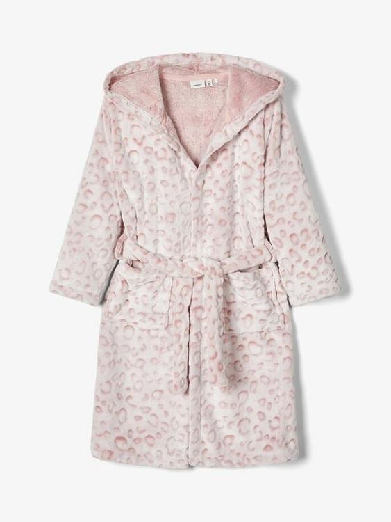 Så in i bombens mjuk leopardmönstrad morgonrock från Name it med luva, fickor fram och ett fastsytt bälte att knyta fram. Material: 100% Polyester  Färg: Rosa