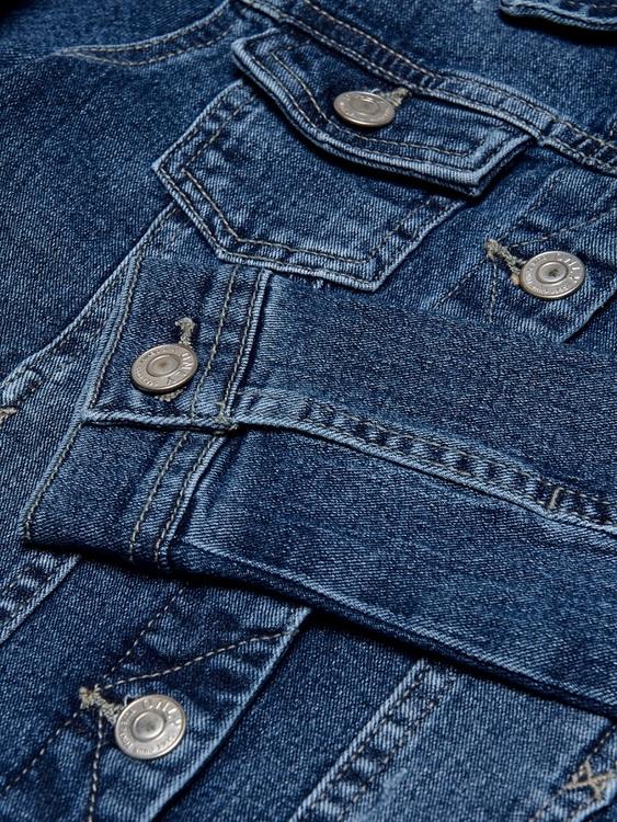 Mjuk jeansjacka från KIDS ONLY med knappknäppning fram, två fickor i sidorna samt två bröstfickor med klaffar och knappar. Material: 79% Bomull, 20% Polyester och 1% Elastan.  Färg: Medium Blå Denim