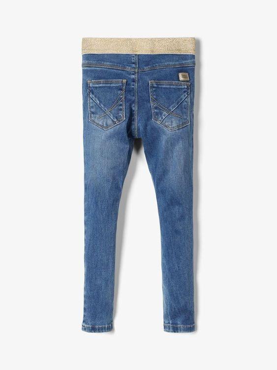 Mjuka jeansleggings i femficksmodell från Name it  med guldglittrig resår och justerbar midja. Material: 57% Lyocell, 31% Polyester, 10% Viskos och 2% Elastan  Färg: Medium Blå Denim