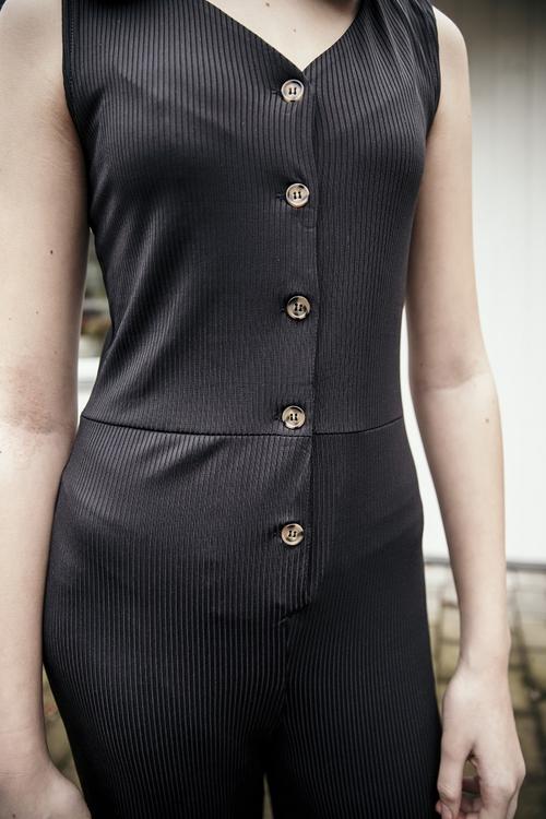 Stilren, ärmlös byxdress från LMTD med v-halsringning och markerande knappar fram samt vida ben som slutar ovanför anklarna. Material: 95% Polyester och 5% Elastan   Färg: Svart
