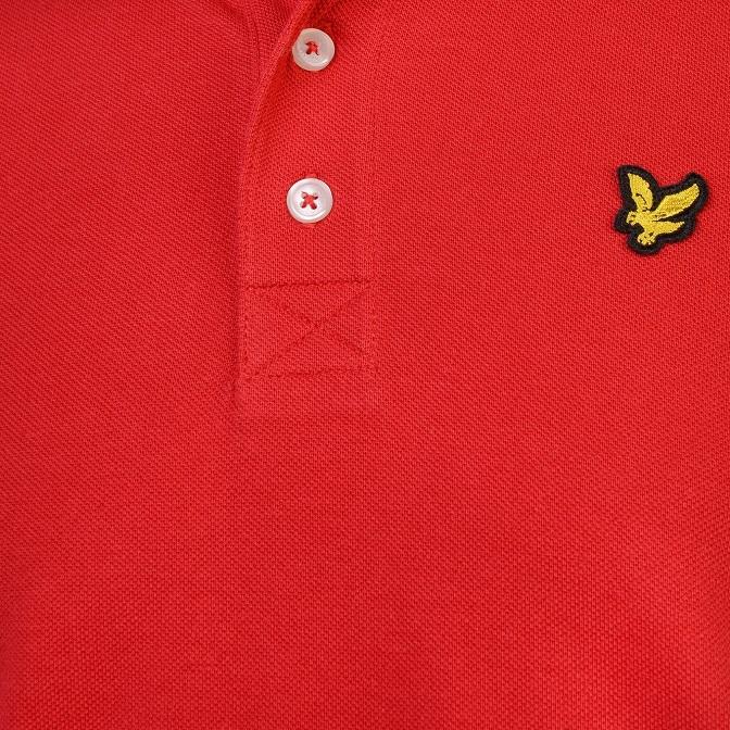Snygg och stilren pikétröja från Lyle & Scott med korta ärmar och broderad logga på bröstet. Material: 100% Bomull  Färg: Röd