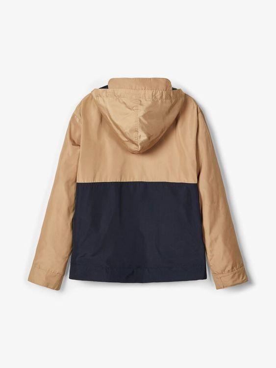 Snygg anorak från LMTD med halvlång blixtlås fram, fast luva och magficka. Material: 100% Polyester  Färg: Brun