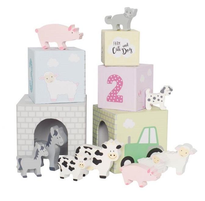 Färgglada stapelbara kuber från Jabadabado i hård papp numrerade med siffrorna 1-5. Varje kub har en siffra och 2 djur i olika storlekar som bor inne i kuben. Djuren som bor i kuberna är: kor, hästar,
