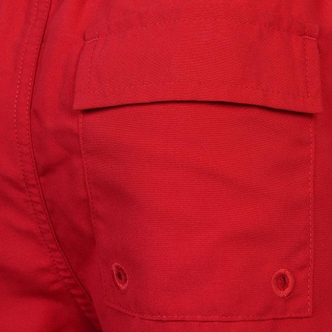 Snygga och stilrena badshorts från Lyle & Scott med resår i midjan, innerbyxa och fickor i sidorna samt en broderad logga på vänster ben. Material:   Färg: Röd