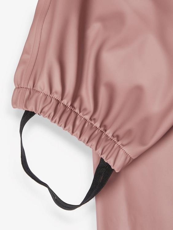 Fint och prisvärt regnställ med en vattentäthet på 10 000 mm från Name it i unisexmodell. Jackan har avtagbar luva, blixtlås fram, svetsade sömmar och funktionella fickor. Byxorna har reglerbara hängs