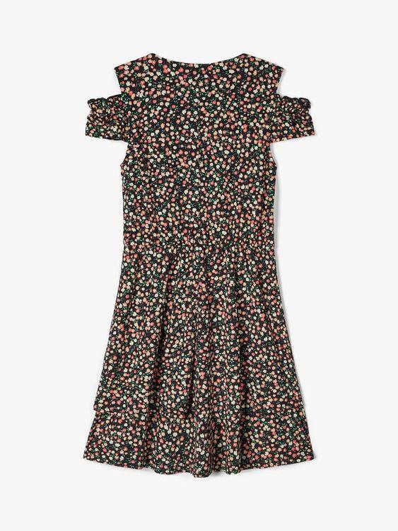 Söt blommig klänning från LMTD med rund halsringning, korta ärmar och resår i midjan. Material: 95% Polyester och 5% Elastan  Färg: Svart