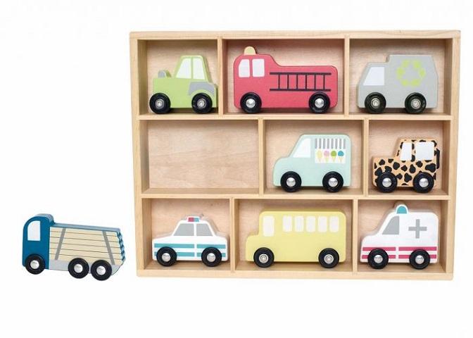 Ett snyggt sätt att förvara alla sina leksaksbilar på ett och samma ställe med denna praktiska hylla från Jabadabado. Hyllan som är i trä står stadigt och innehåller nio olika fordon. De fordon som fö