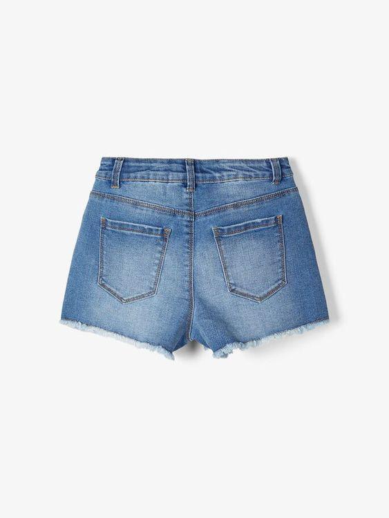Trendiga jeansshorts från Name it med hög justerbar midja, hyskknapp och bälteshällor. Fickor fram och bak samt fransad fåll i bensluten. Material: 71% Bomull, 24% Polyester, 3% Viskos och 2% Elastan