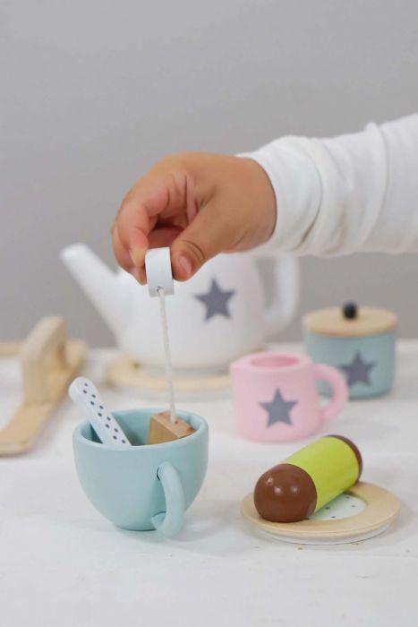Bjud in till afternoon tea och njut av gott te och smarriga kakor. Fint set i trä från Jabadabado med innehållande :  1 Serveringsbricka med handtag 2 Tekoppar m fat 2 Skedar 2 tepåsar 1 Dammsugare 1