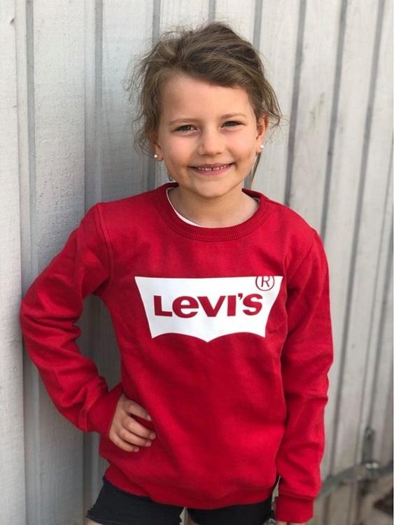 Snygg sweatshirt från Levi´s med rund hals, Levi´s loggan på bröstet och mjuk borstad insida. Material: 60% Bomull och 40% Polyester  Färg: Röd