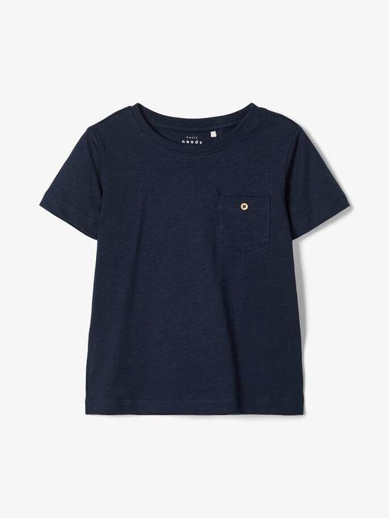 Mjuk enfärgad T-shirt i ren bomull från Name it med rund hals och bröstficka. Material: 100%  Färg: Vit