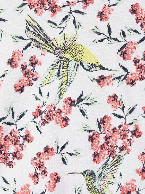 Mönstrad t-shirt i ekologisk bomull från Name it med rund hals och holkärm. Material: 100% Ekologisk Bomull  Färg: Vit  Ekologisk Bomull odlas utan användning av skadliga bekämpningsmedel och konstgöd