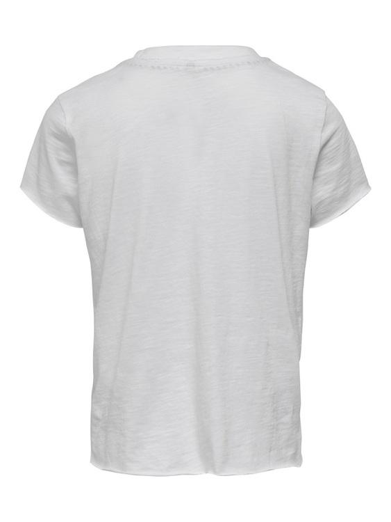 Cool T-shirt i ekologisk bomull från KIDS ONLY med rund hals, råa kanter i ärmslut och längst ned  samt ett läpptryck i silver mitt på. Material: 100% Ekologisk Bomull  Färg: Vit  Ekologisk Bomull odl