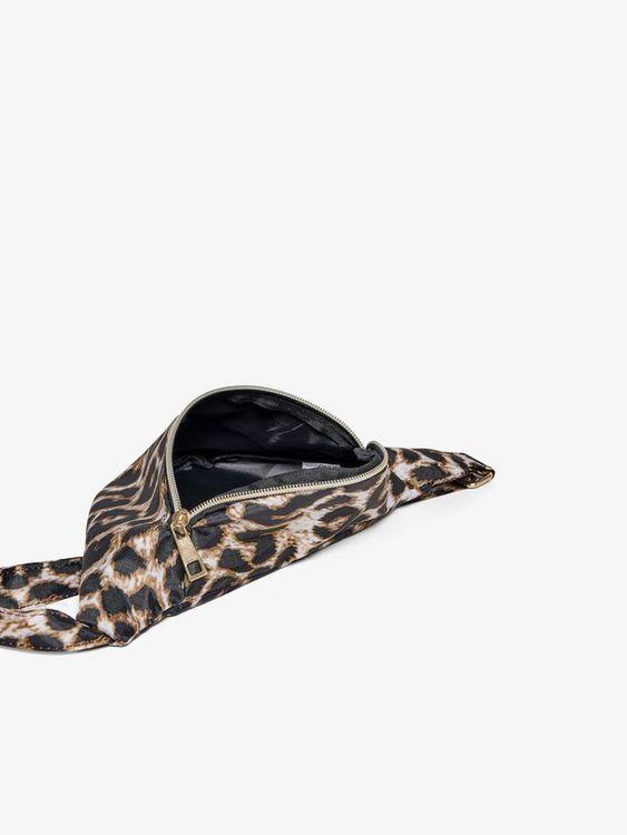Cool leopardmönstrad midjeväska från KIDS ONLY justerbar rem och blixtlåsstängning fram. Material: 100% Polyester  Färg: Leopardmönstrad