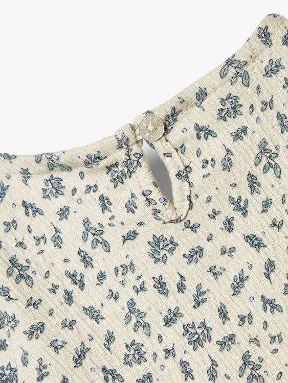 Söt blommig långärmad klänning  i ekologisk bomull från Name it med rynkad resår över bröstet och knappknäppning bak. Material: 85% Ekologisk Bomull, 10% Polyester och 5% Elastan  Färg: Beige  Ekologi