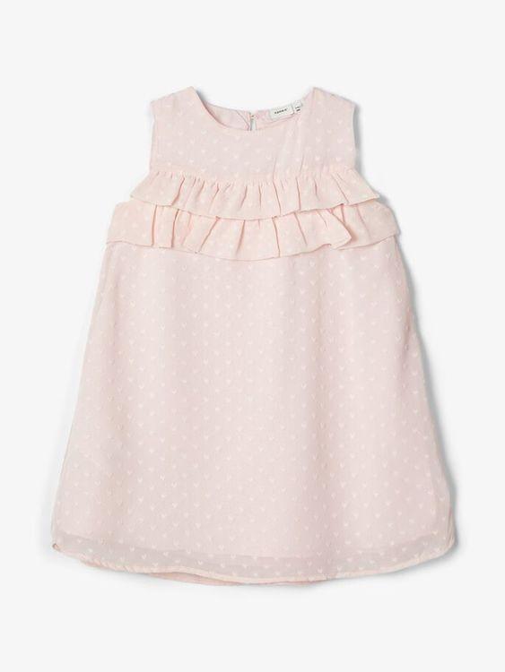 Sockersöt hjärtmönstrad klänning från Name it med rund halsringning, knappknäppning bak och volang över bröstet. Material: 100% Polyester  Färg: Rosa