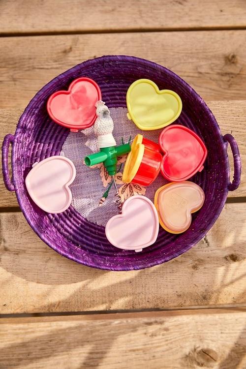 Söta små plastburkar med lock från Rice i härliga pastellfärger. Passar utmärkt att ha till små snacks, vid picknick eller varför inte till små hårnålar som annars ligger överallt. De säljs i ett nät
