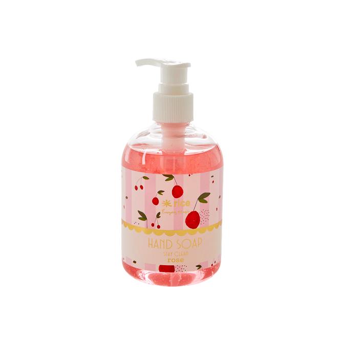 Handtvål från Rice i fin pumpflaska med doft av rosor Fin att ha både i badrummet/toaletten, men även på diskbänken i köket. Flaskan rymmer 375ml, 18 cm hög och 6 cm i diameter  Doft: Rosor