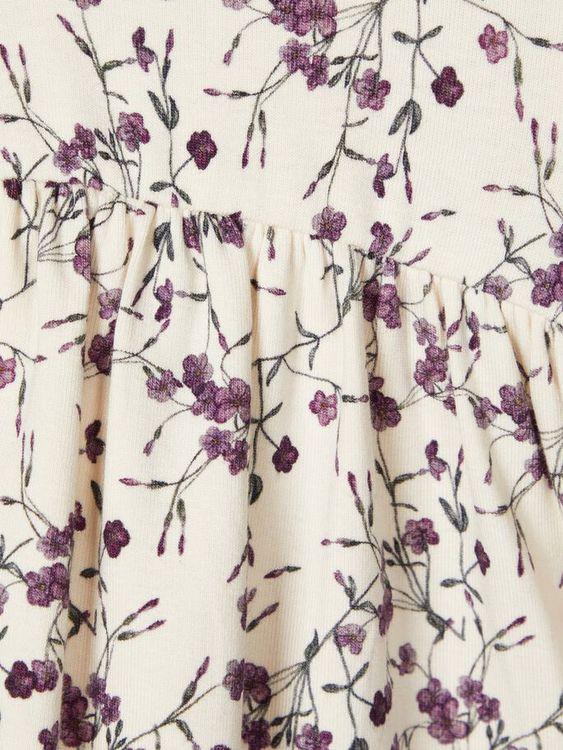 Söt och väldigt mjuk klänning i ekologisk bomull från Name it med rund halsringning, dolda tryckknappar på ena axeln och långa puffärmar. Material: 57% Ekologisk Bomull, 38% Modal och 5% Elastan.   Fä