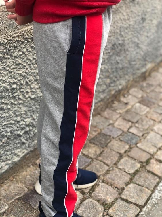 Mjuka och så snygga mjukisbyxor från Levi´s med resår och dragsko i midja, fickor i sidorna samt blå och röda revärer på ena sidan. Längst ner på vänster ben är där ett snyggt Levi´s tryck. Byxan har