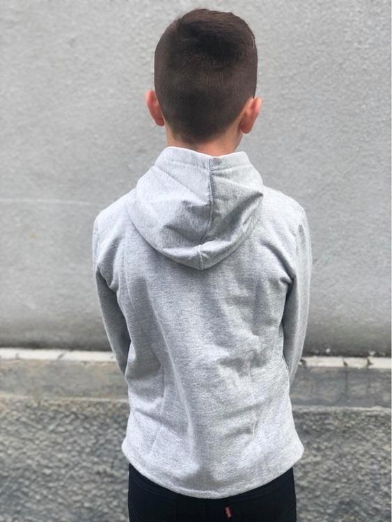 Klassisk hoodie från Levi´s med röd logo över bröstet, känguruficka och en mjuk borstad insida. Material: 67% Bomull och 33% Polyester  Färg: Gråmelange