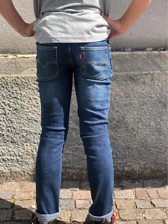 En snygg  jeans från Levi´s i som är smal över höfterna och har avsmalnade ben. Som vanligt på Levi´s nederdelar är midjan justerbar. Jeansen har 5 fickor, bälteshällor och knäpps med knapp och gylf.