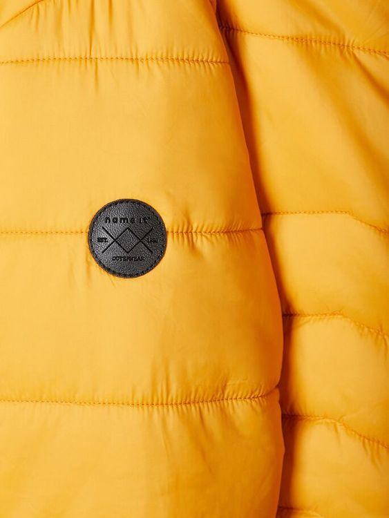 Trendig och varm täckjacka från Name it med blixtlåsstängning fram, avtagbar luva och reflexdetalj bak. Jackan har även fickor i sidorna, muddar i ärmslut och midja samt ett kontrastfärgat foder. Mate