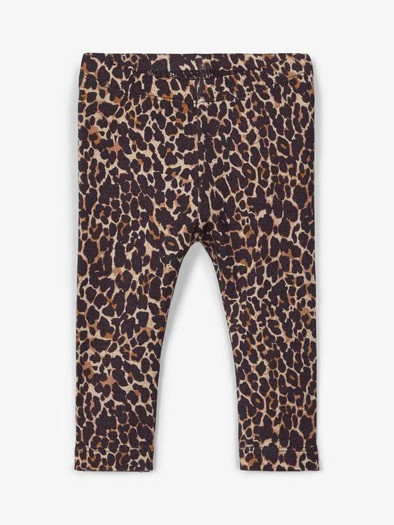 Mjuka och sköna leggings i ekologisk bomull från Name it med resår i midjanoch ett heltäckande leopardtryck Material: 57% Ekologisk Bomull, 38% Modal och 5% Elastan  Färg: Brun   Ekologisk Bomull odla