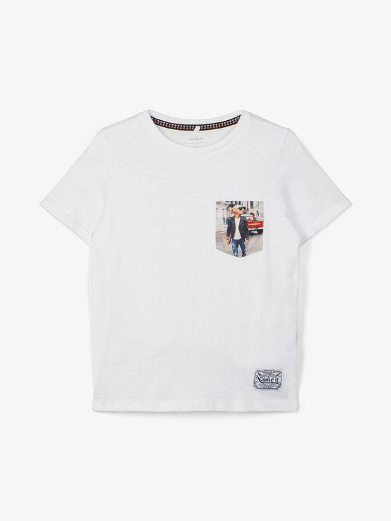 Cool T-shirt i ekologisk bomull från Name it med rund hals och ett coolt tryck på bröstfickan. Material: 100% Ekologisk Bomull  Färg: Vit   Ekologisk Bomull odlas utan användning av skadliga bekämpnin