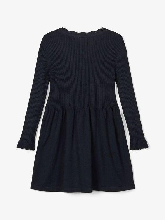 Söt finstickad klänning från Name it som är sydd i en mjuk viskosblandning. Klänningen har en vågig kant i halsringningen samt i ärmsluten. Material: 78% LENZING™ ECOVERO™ Viskos, 22% Nylon  Färg: Mar