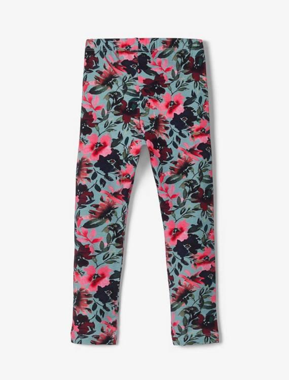 Mjuka och sköna leggings i ekologisk bomull från Name it med resår i midjanoch ett heltäckande blomtryck Material: 95% Ekologisk Bomull, och 5% Elastan  Färg: Turkos  Ekologisk Bomull odlas utan använ