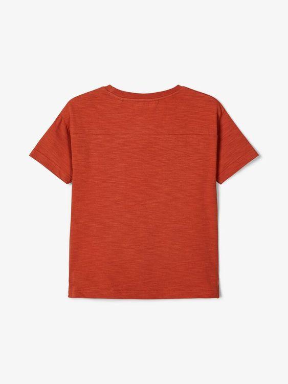 Snygg T-shirt i ekologisk bomull med rund hals och bröstficka. Material: 95% Ekologisk Bomull och 5% Elastan  Färg: Rost  Ekologisk Bomull odlas utan användning av skadliga bekämpningsmedel och konstg